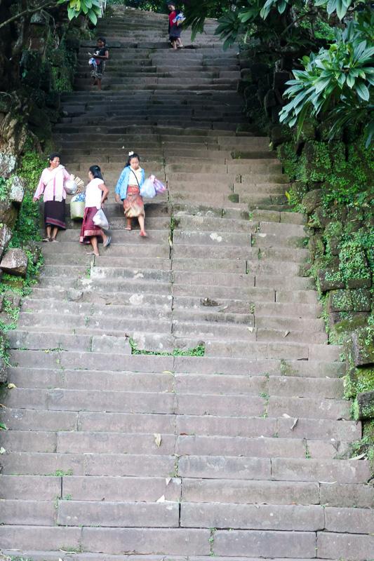 最後の77段階段を昇るともう明日は筋肉痛間違いなし!
