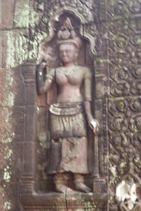 外壁にはクメールの神々が。混合した文化や宗教に歴史を感じます
