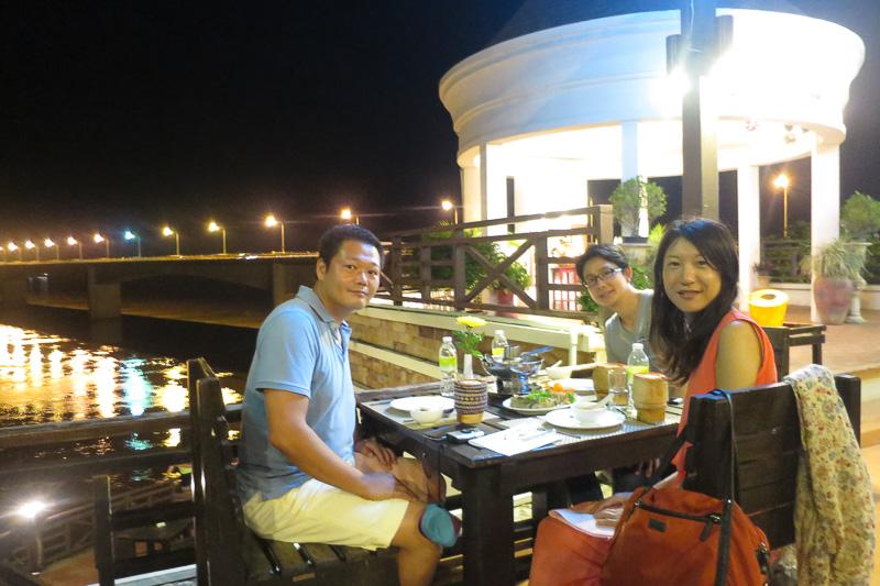 チャンパサック・グランド・ホテル併設のレストランはお勧め。川沿いで涼しく、メニューも豊富