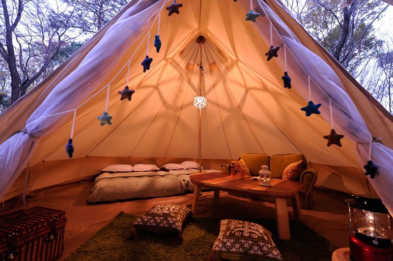 ベッドやソファー、テーブルなど設備が充実したテントで家族や仲間と快適に過ごせる
