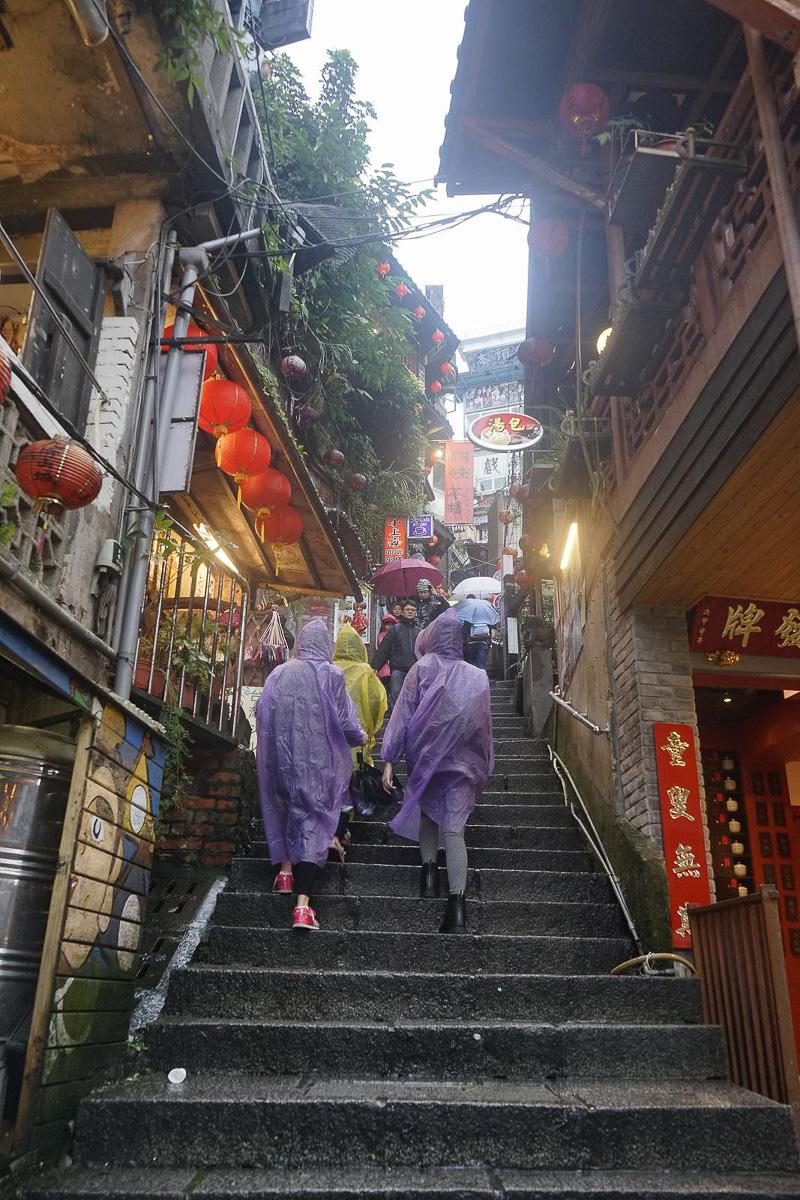 台北市内からもほど近い観光地「九フン」は、平日の雨の日であっても沢山の方々で賑わっていました