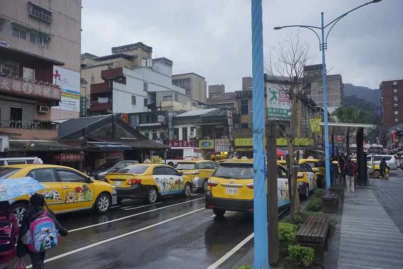 瑞芳駅前には観光客向けのタクシーがたくさん待機