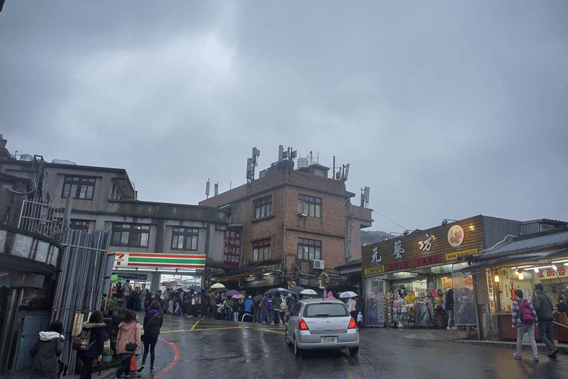 土日祝日は混雑すると事前に聞いていたので、月曜日に九フンへ行きましたが、平日でも基山街入口付近は観光客で溢れかえっていました