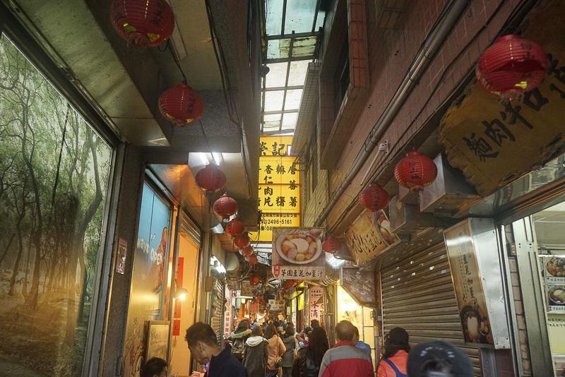 基山街は雨の日にも歩きやすいアーケード商店街になっています。「千と千尋の神隠し」で見たような沢山の赤い提灯の姿印象的でした