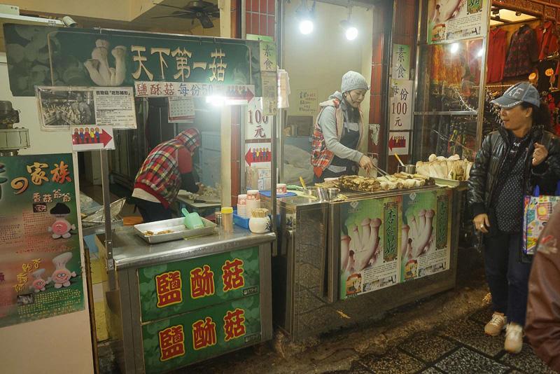 基山街には、お菓子や飴、軽食など、街歩きの際に小腹が空いたときなどに便利なお店がいっぱい