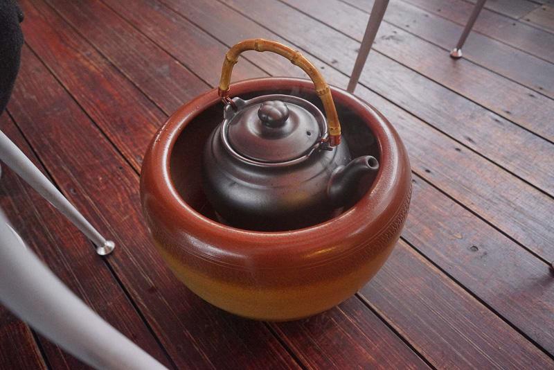 「阿妹茶酒館」に入店後は、お茶菓子とお茶がセットになったお茶セット300元を注文しました。お湯がなくなると店員さんによって補給がなされ、ゆっくりとお茶を楽しめます