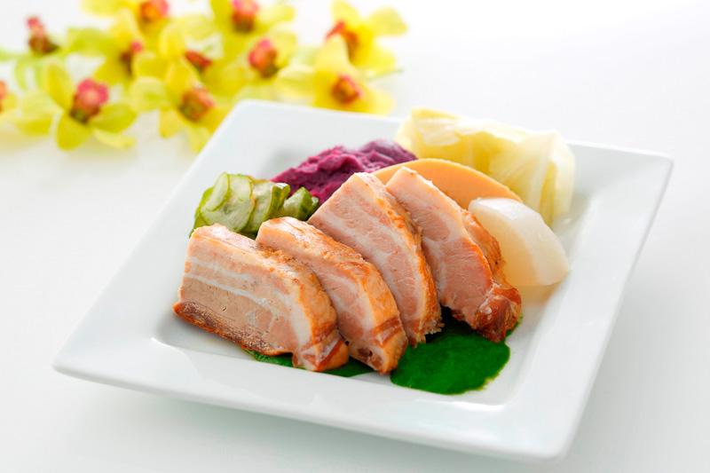 ハワイアン航空が羽田~ホノルル便のビジネスクラスで提供する「豚バラ肉のカルア スモーク」