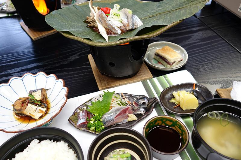 ご飯、お味噌汁、香の物のほかに旬のイワシ料理が4品!