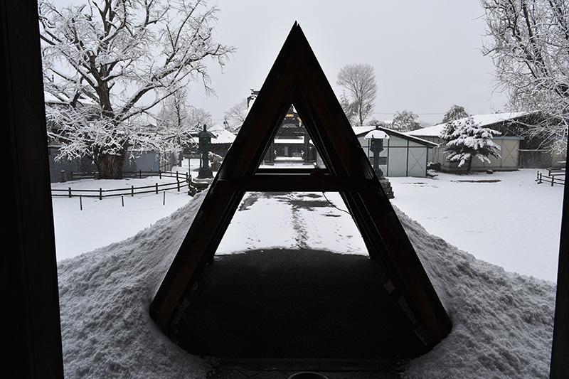 アルファベットのAではなく、これは本堂の屋根から落ちる雪を防ぐもの