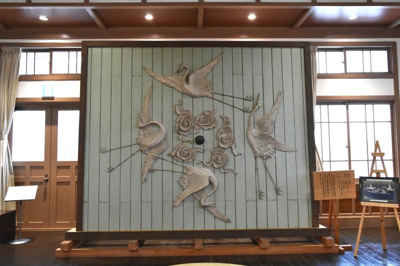 2階の展示室にも見応えある鏝絵作品がずらり。これは薬品会社の吹き抜け天井に飾られていたもの