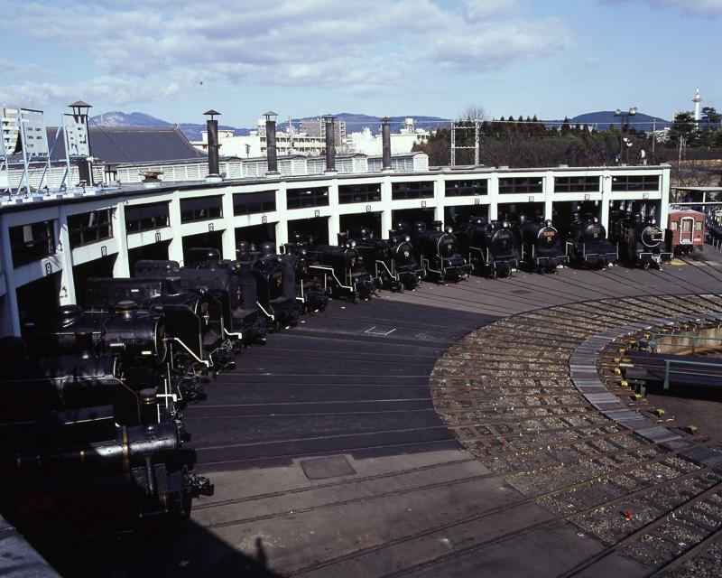 2004年に重要文化財(建造物)に指定された、同社所有の「梅小路機関車庫」
