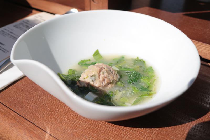 試乗会で提供されたのは「焼き野菜のマリネ」「山菜と干し野菜のスープ」と村上市富士美園の「雪国緑茶」。対面式テーブル中央の穴はワインボトル用、Sの字の切り込みは、走行中にもワイングラスが倒れないためのもの