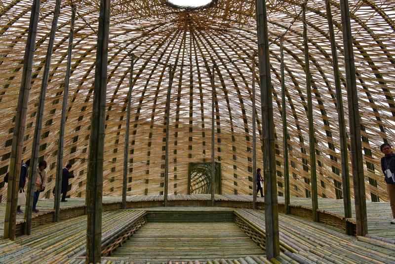 竹をドーム型に編んでいる