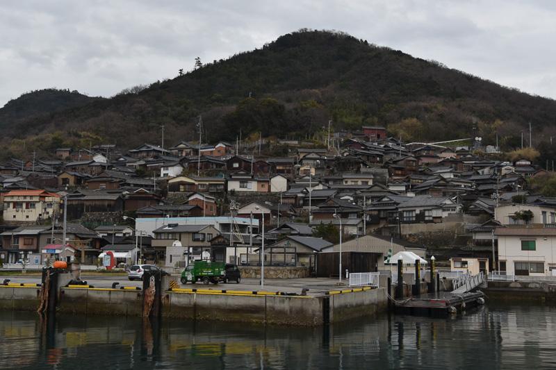 傾斜地に民家が密集する男木島