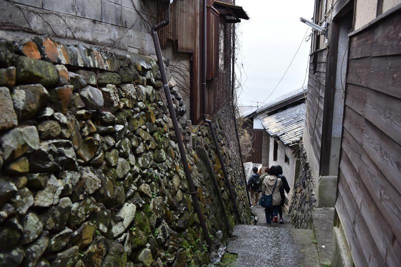 集落全体に張り巡らされているこのような道を歩き、集落に点在する作品を楽しむ