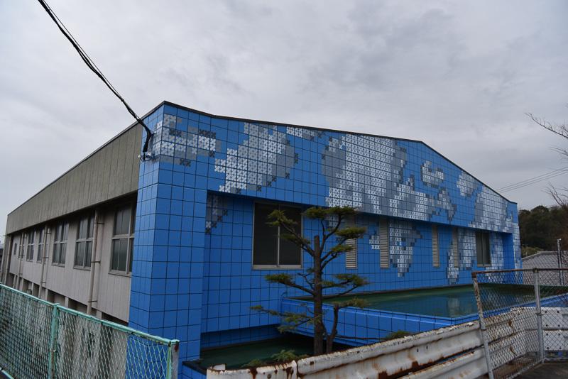 夏の暑い日の空とつながる体育館の壁面