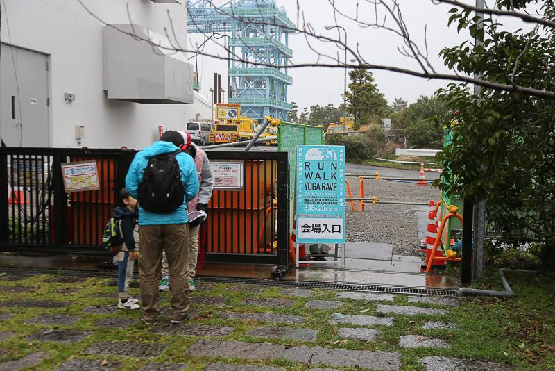 会場入り口は、通常は入れない工事現場から