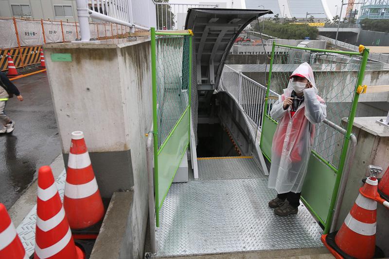 イベント会場であるトンネルまでは緊急避難用の階段を使って入った。かなりの急勾配