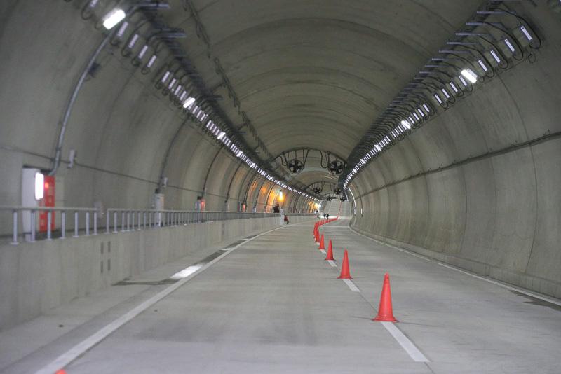 お台場側からトンネルを見たところ。勾配が変わって見えるあたりがトンネルの最深部。最深部までは4%の下り坂