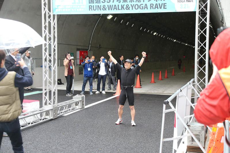 第一陣が走り去ると団長安田さんもその後に続いて走るためトンネルに入っていった