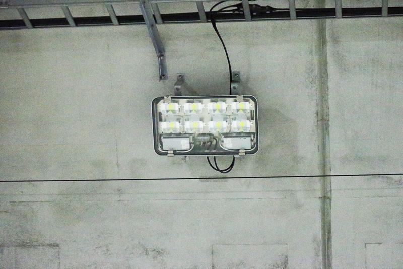 トンネル内の照明設備。昼間は明るく夜は暗めにすることでドライバーへの目の負担を軽減する