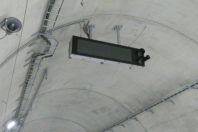 トンネル内の電光掲示板