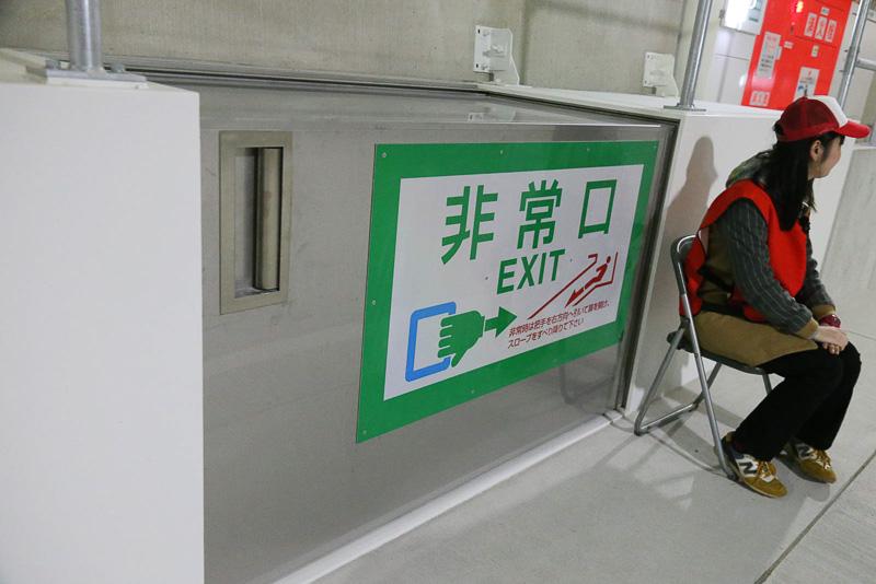 非常口。スライドドアを開けると、らせん状の滑り台が設置されている