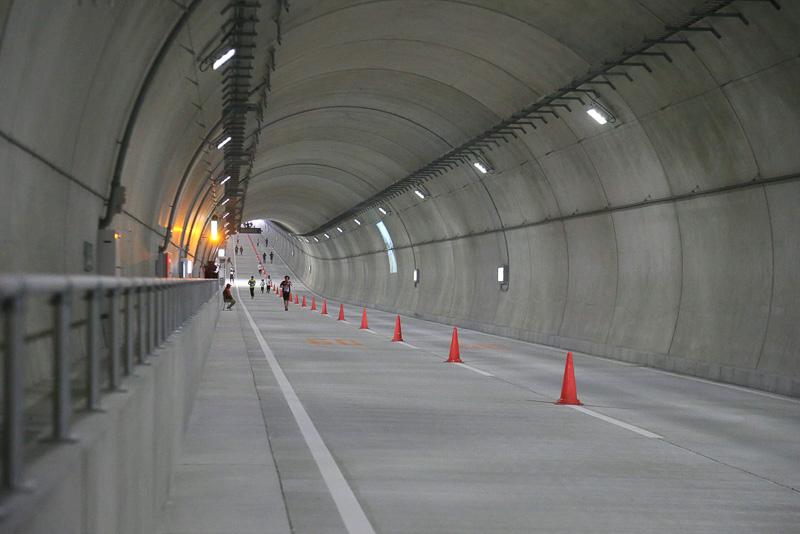 トンネル中間点付近から大井JCT方面を見たところ。再び4%の上り坂が始まっていることが分かる