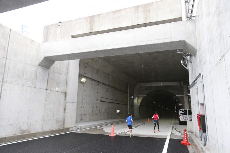 トンネル出口。一方通行なので特に標識などはない