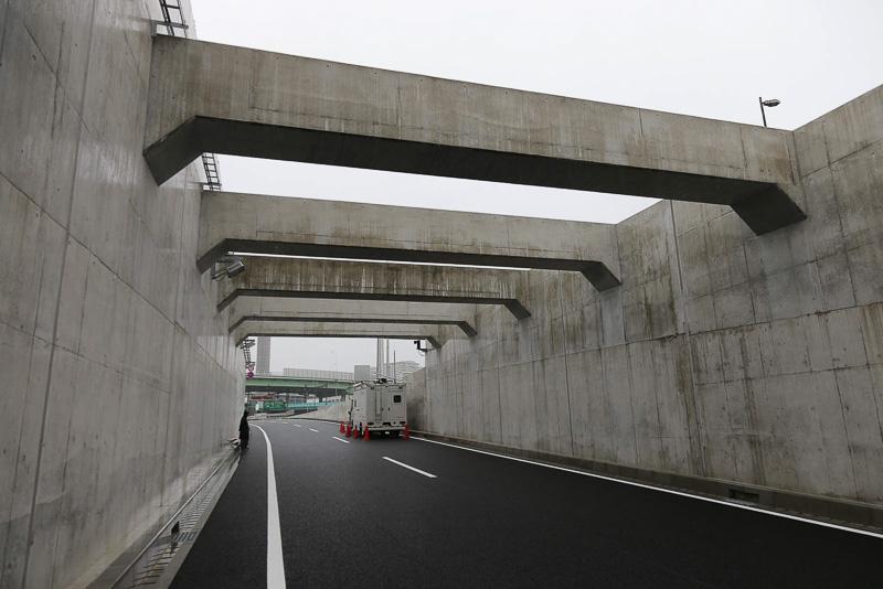 トンネルを出ると大井JCT付近が見える