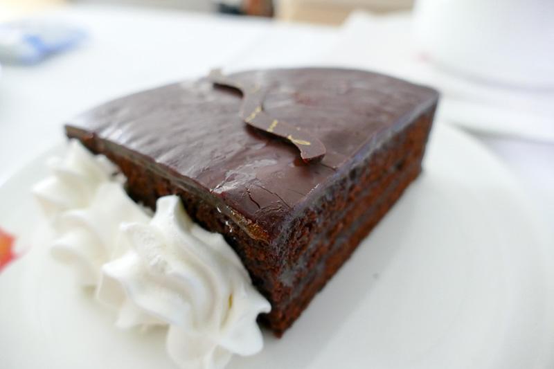 1/4カットのチョコレートケーキ
