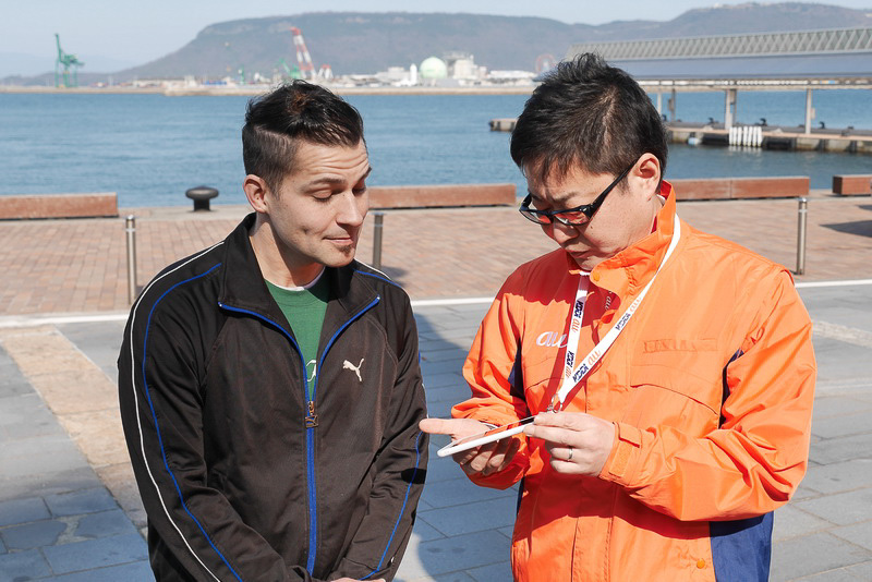 このように、案内員が持つ多言語音声翻訳システム搭載スマートフォンを利用して、翻訳しながら会話を行なう