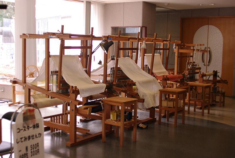 「西予市野村シルク博物館」では織物体験が可能