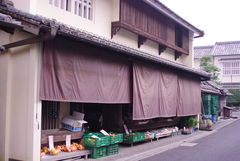 パッと見、街道に溶け込んだ建物だが、実は商店