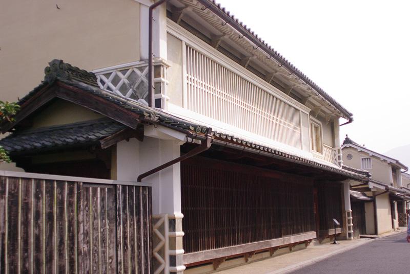 立派な家構えの「木蝋資料館上芳我邸」