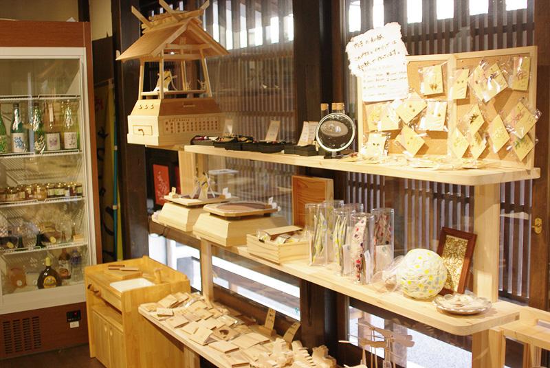 店内には伝統工芸の職人の手による木や和紙を使った製品が置かれている