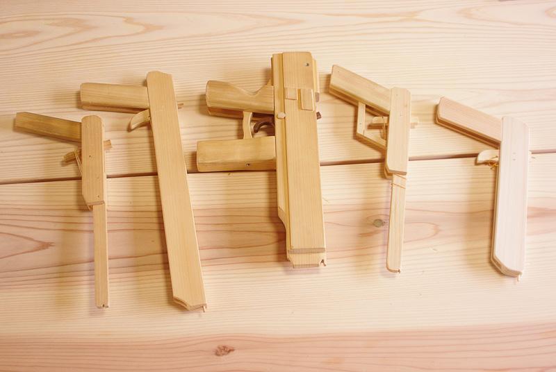 木工芸のプロが作った輪ゴム鉄砲。中心にある鉄砲が20連発式だ