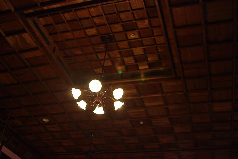 照明は内子町に電気が通った大正時代のものを使用している
