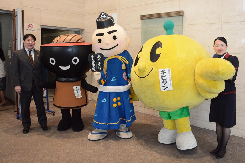 東北のイメージキャラクターも参加し、植木社長と記念撮影。左から岩手県のそばっち、青森県の決め手くん、福島県のキビタン