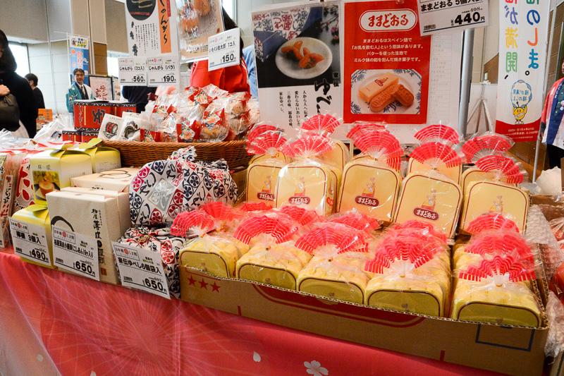 福島県のブースでは、「ままどおる」ほかのお菓子が人気。ご当地グルメの「なみえ焼きそば」も