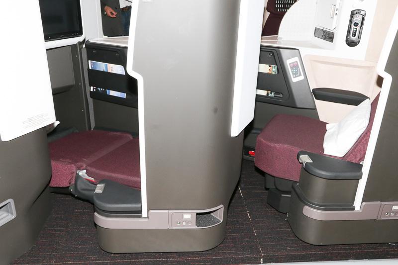 左側のシートはフルフラットにした状態で、座面高さが下降していることがわかる
