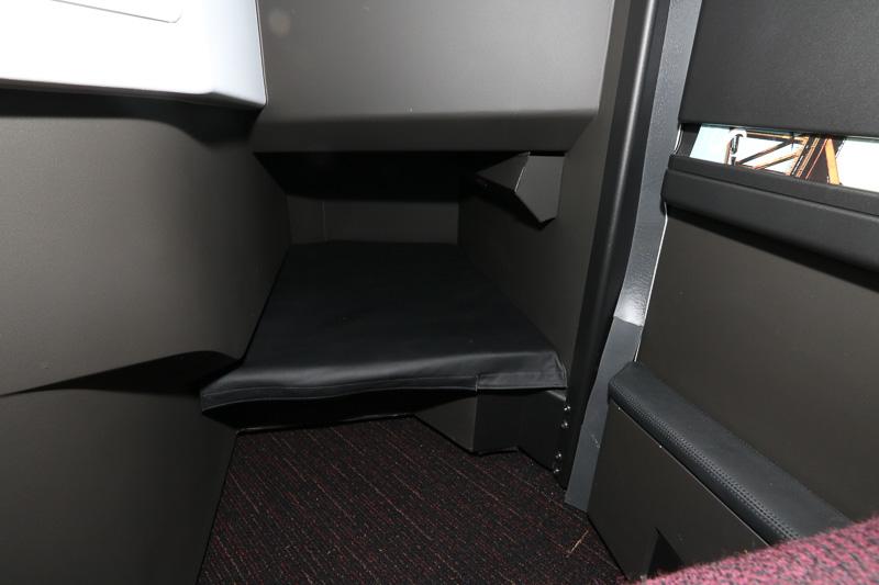 足もとの様子、足を奥まで伸ばして最大198cmのベッド長を確保する