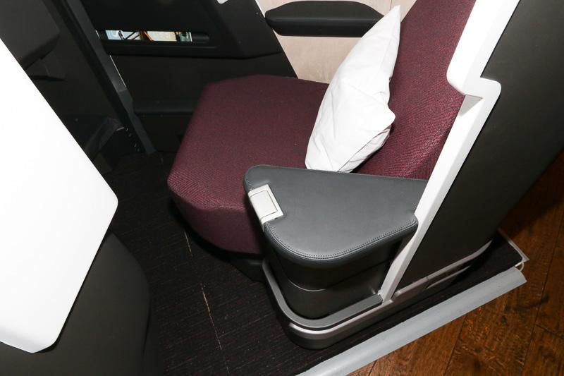 アームレストは高さ調整式でシートとフラットにすれば肩まわりのベッド幅を拡大できるほか、高くすれば、就寝時に通路と顔を仕切りプライバシー確保もできる