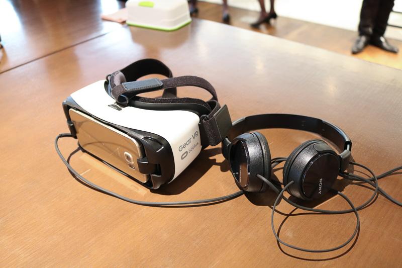 用意されるスマートフォンが装着されたヘッドマウントディスプレイGear VRとヘッドフォン