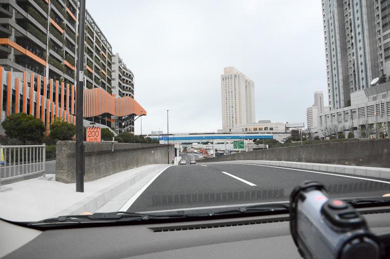 ダイバーシティの脇を通ってトンネルへ。途中、工事中の臨海副都心入り口の高架の下をくぐる