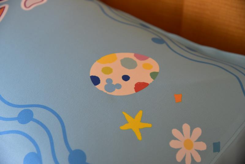イースターを楽しむミッキーマウスとミニーマウスのベッドカバーがまずは目に飛び込んでくる。よく見ると隠れミッキーを発見でき、家族と一緒に隠れミッキー探しを楽しめる