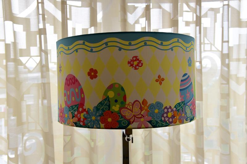 パステルカラーの花々が飾られたテレビ台に、卵のイラストが描かれたランプシェードなど、さまざまな場所にイースター気分を盛り上げる工夫がされている