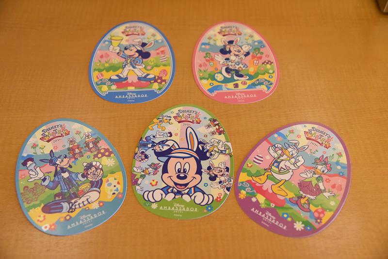 限定ポストカード2種類+3種類。宿泊者全員にスペシャルなポストカードをプレゼント。通常はミッキーマウスとミニーマウスの全身イラストの2種類だが、ミッキーマウスのフェイス、ドナルドダック&デイジーダック、グーフィーの3種類もプレゼントとなる。客室に共通の2枚が隠されているので探してみよう