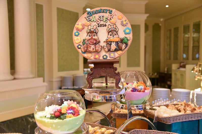レストランの入り口もイースターバージョンに。レストランに入ると、ミッキーマウスのデコレーションと美しく盛りつけされたメニューたちがお出迎え。少し進むと、チップとデールのデコレーションを発見