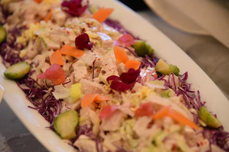 前菜。チキンとキャベツのサラダ ボルチーニソース